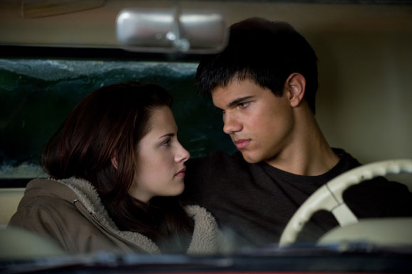 KRISTEN STEWART stars as Bella Swan and TAYLOR LAUTNER stars as Jacob Black in THE TWILIGHT SAGA: NEW MOON.  Photo Credit: Kimberley French